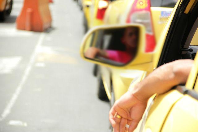 Taxista le mandó el carro a dos 'chinos' chiquitos en Medallo