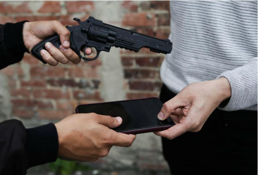 Un cucho y dos 'culicagados' fueron agarrados robándole el celular a una señora en Transmilenio
