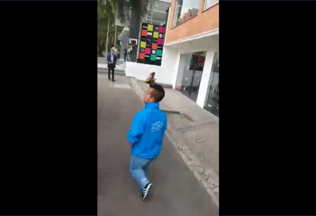 """""""Enano triple hij#&%?$"""": Motociclista bocón insulta a hombre de baja estatura"""