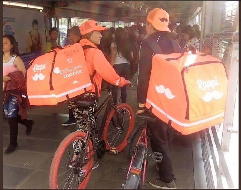 ¡El colmo! Manes de domicilios están utilizando el 'Transmi' para llevar sus bicis