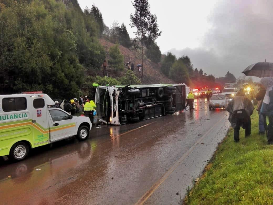 ¡Brutal accidente! Un bus se volcó en Ventaquemada