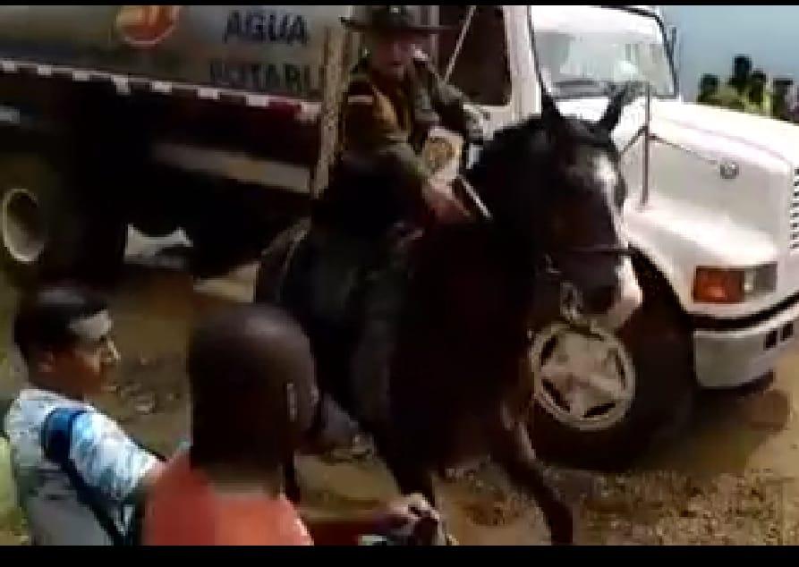 Policía aletoso sacó su fierro y se puso a amenazar a feligreses