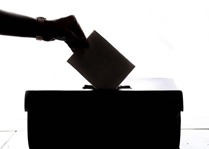 Se cortó un dedo porque se equivocó en su voto