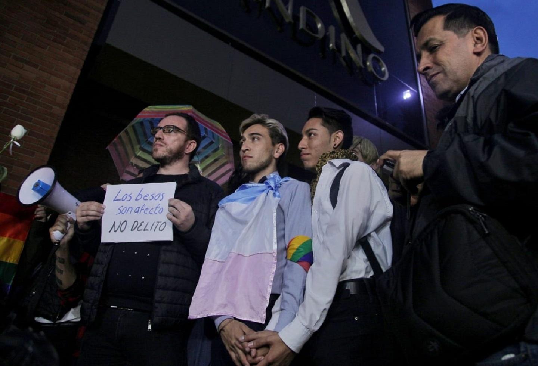 Le quitaron el comparendo a pareja gay señalada de manosearse en CC Andino