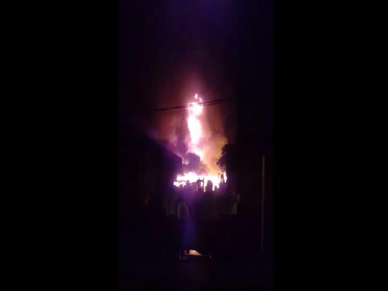 Incendio en Mesitas del Colegio recalentó la noche en el pueblo y provocó pánico