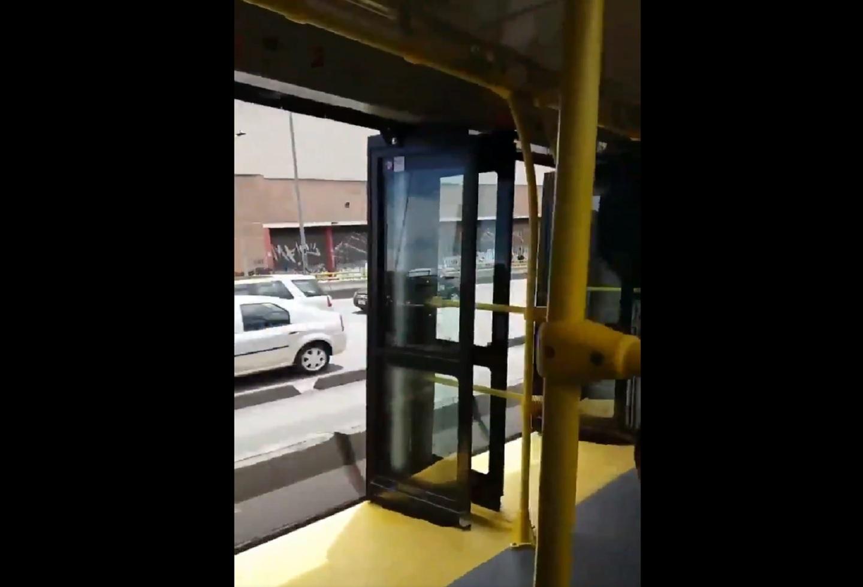 ¡Qué peligro! Bus de Transmilenio se fue gran parte de su trayecto con las puertas abiertas