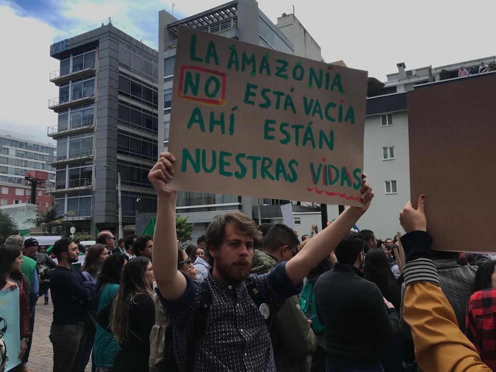 Plantón en la embajada de Brasil en Bogotá por incendio del Amazonas