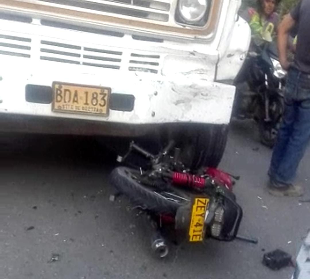 Motociclista 'colgó los guayos' tras chocar de frente con una volqueta