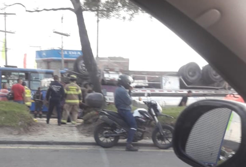 En video quedó registrado el volcamiento de un camión en la calle 13