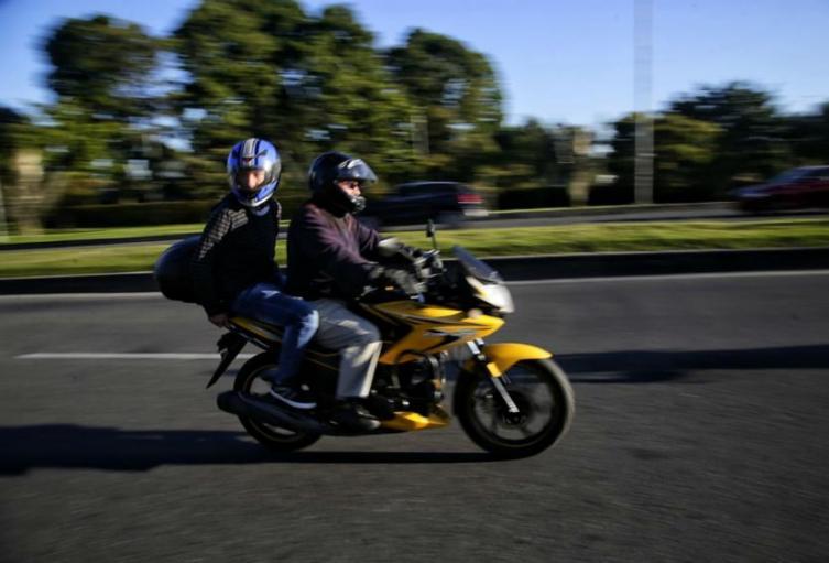 Parrillero en moto