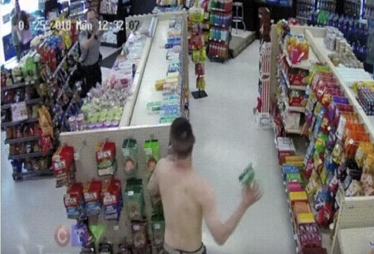 Ladrón amenaza a un policía con un paquete de dulces