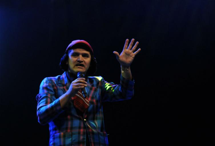 Gerly Hassam es considerado uno de los mejores humoristas del país.