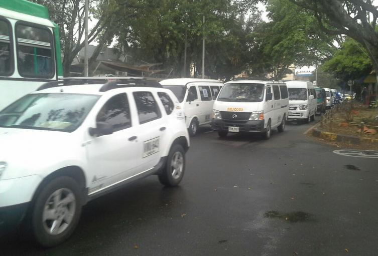 Entre 300 y 400 vehículos de transporte público se movilizan en este jueves desde cinco puntos de Cali.