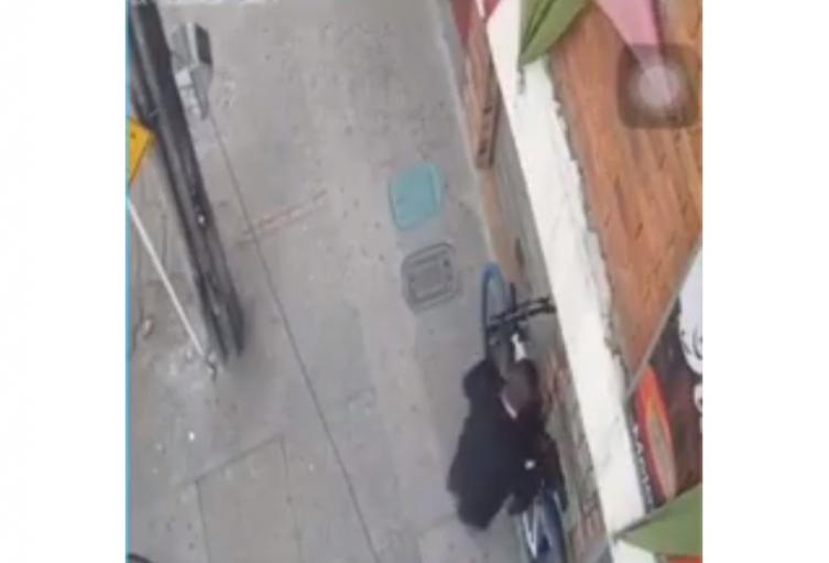 Así operan los encorbatados, ladrones de biciletas en Bogotá.