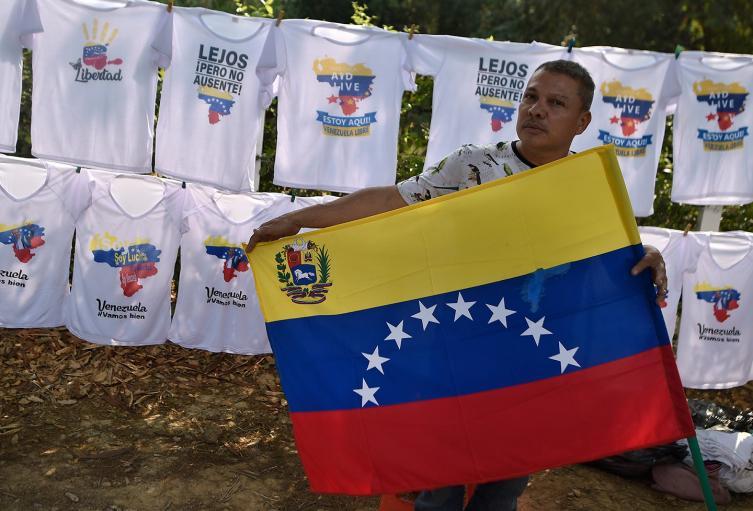 Venezolanos vendiendo camisetas en pleno concierto Venezuela Aid Live
