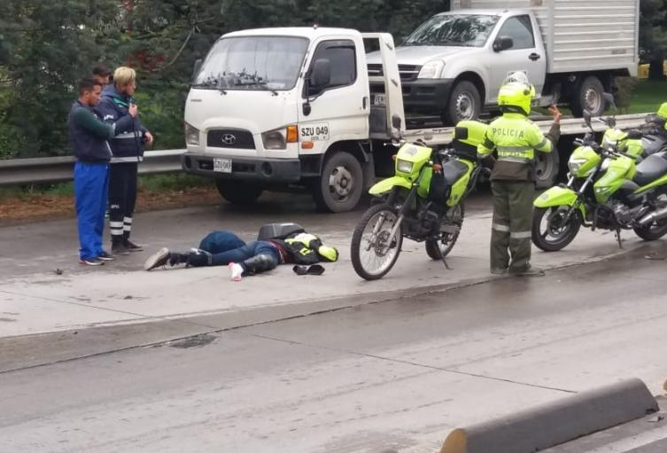 Motociclista muerto en la vía
