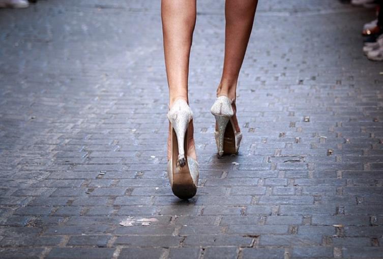 Mujer con tacones en punta.