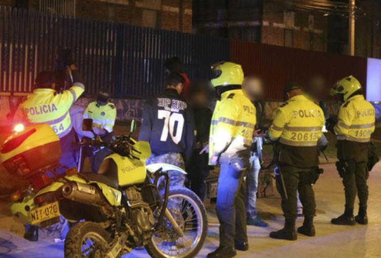 Tambien se prohíbe parrillero hombre en moto