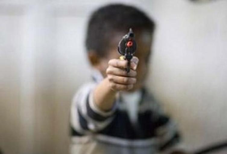 Menor le disparó a joven