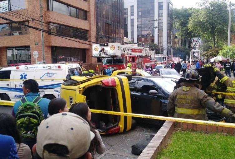Choque entre taxi y vehículo particular deja varios heridos
