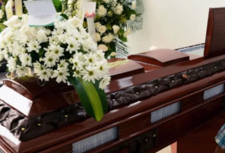 La funeraria se equivocó y les entregó a los deudos el féretro equivocado.