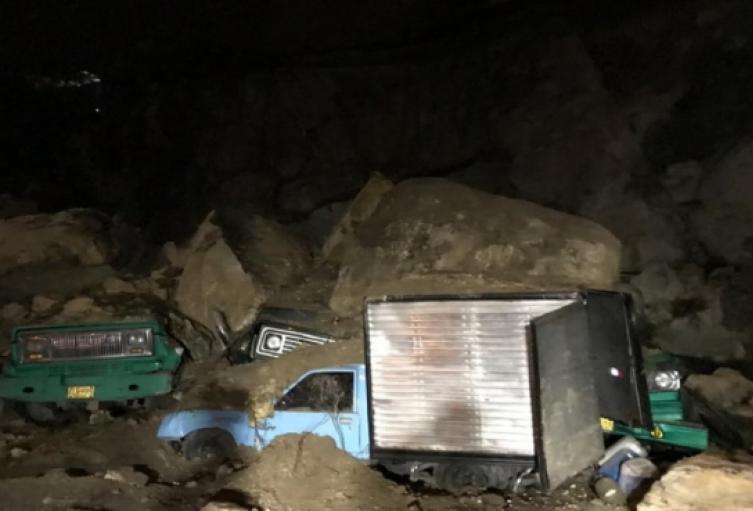 Varios vehículos enterrados