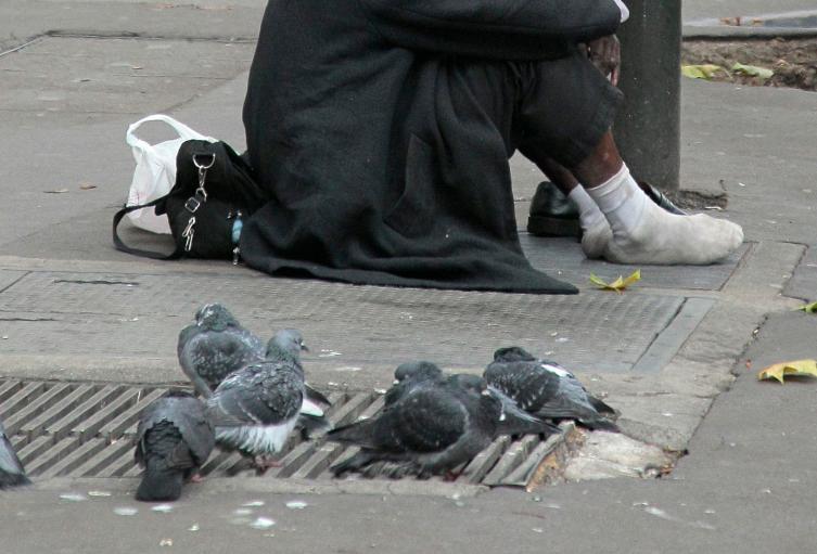 Un habitante de calle en la ciudade París, en Francia