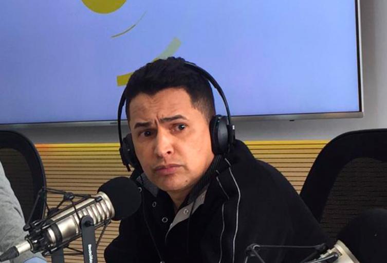 Jorge Celedón, cantante vallenato, en la mesa de trabajo de LA FM