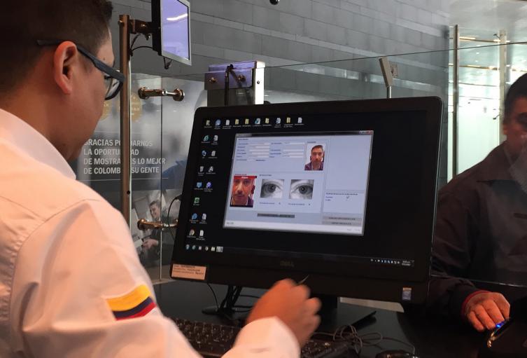 Migración Colombia durante labores de registro en el Aeropuerto El Dorado