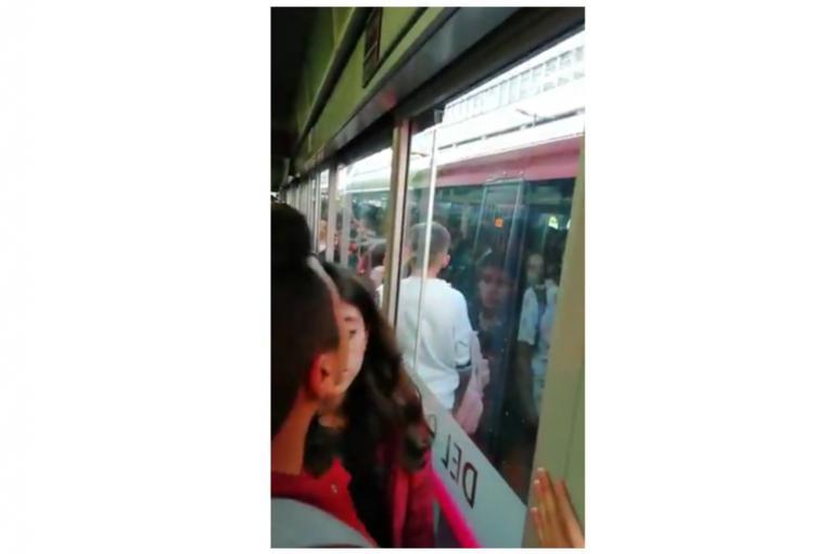 Un ciudadano les cerró la puerta a los colados en Transmilenio.