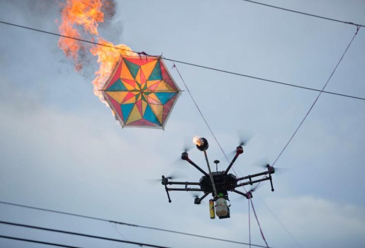 Dron baja cometas enredadas en red eléctrica