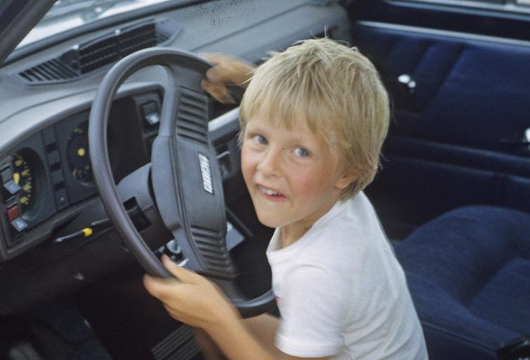 Niño al volante de un auto. Imagen de referencia.