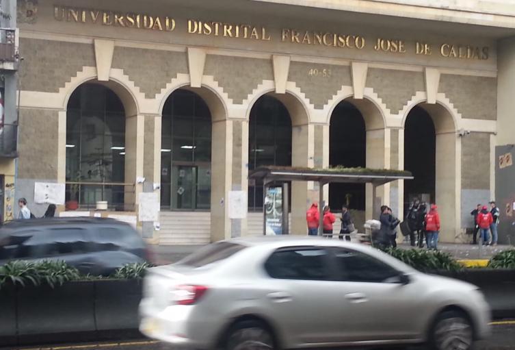 Protesta de encaputados afuera de a Universidad Distrital