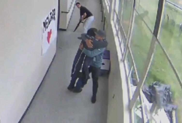 Profesor logra desarmar a alumno