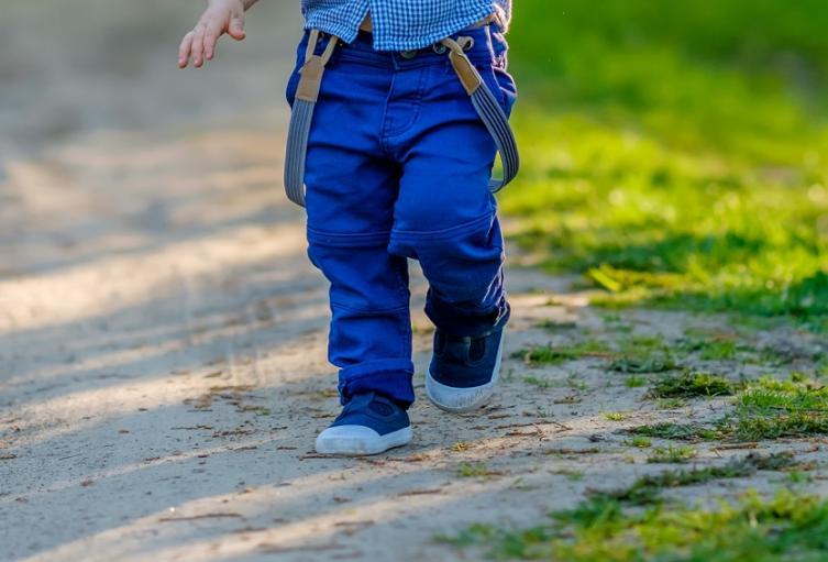 Niño caminando