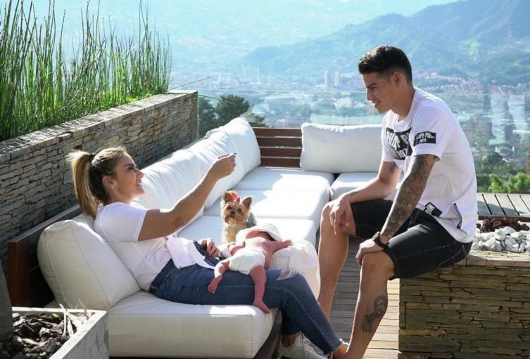 James Rodríguez con su mamá y su nuevo hijo