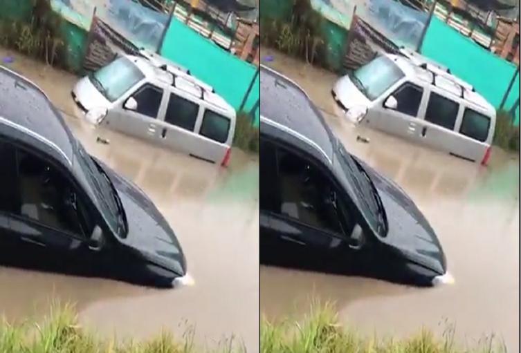 Lluvias en Bogotá dejaron tapados varios vehículos
