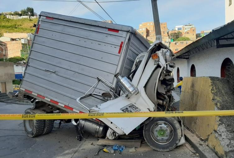 Camión se estrella contra iglesia
