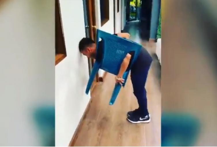 Hombre intentando en reto de la silla