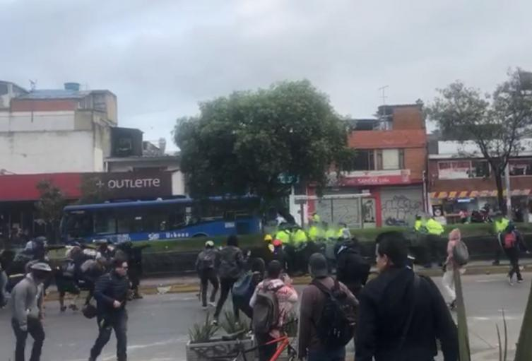 Encapuchados atacan policías en Suba