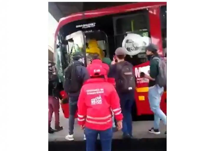 El robo de bus de Transmilenio por parte de encapuchados