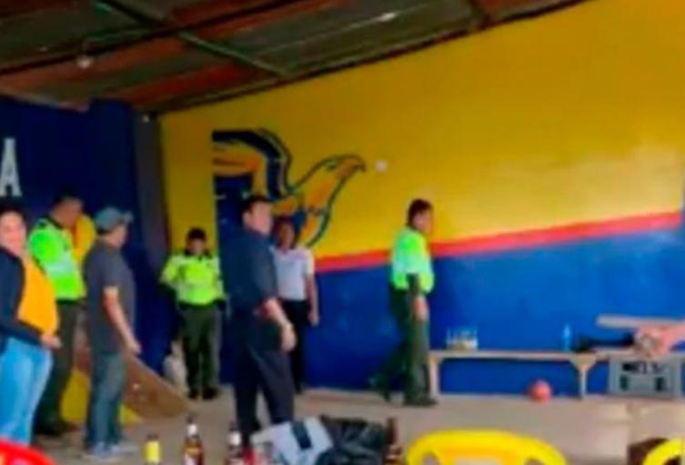 Investigan a Policías que aparecieron jugando tejo y tomando licor en Guasca, Cundinamarca