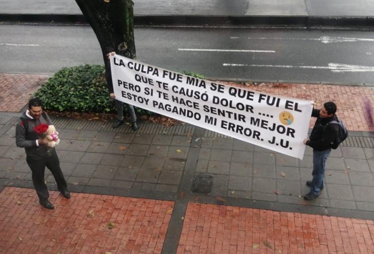 Santiago pidió perdón a María con cartel