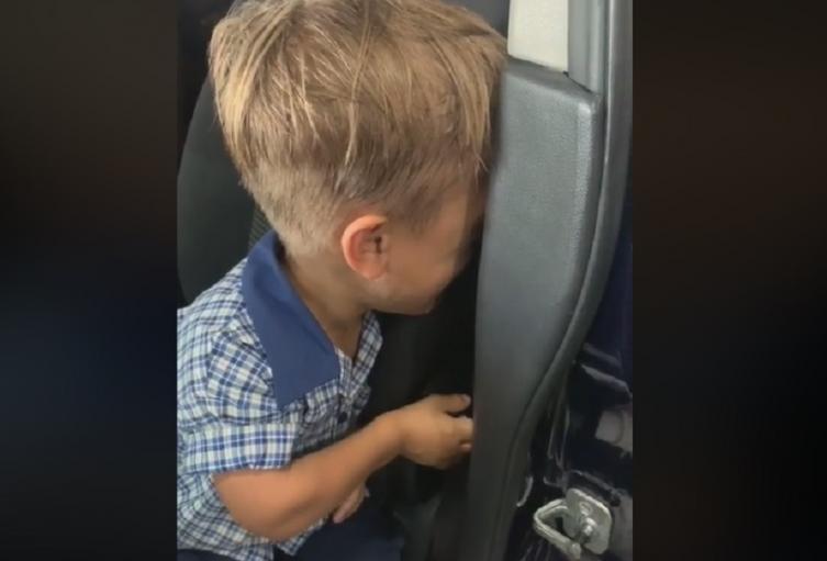 Niño con enanismo