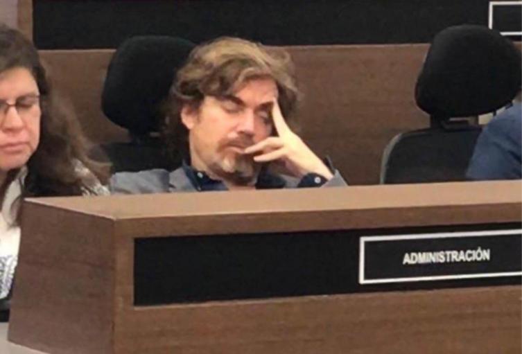 Nicolás Montero, durmiendo