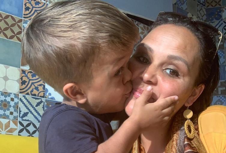 Quaden Bayles y su madre