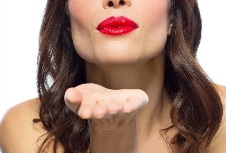 Besos son prohibidos en Italia ante el coronavirus