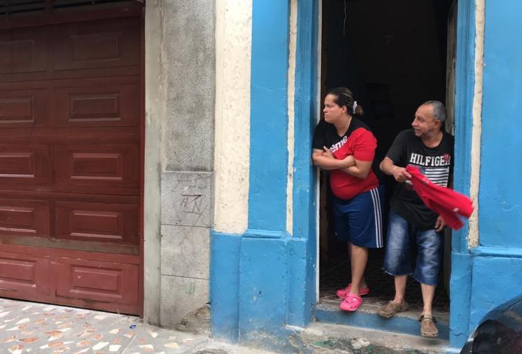 Habitantes de Bogotá con su trapo rojo, piden ayuda en la cuarentena