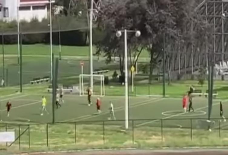 Policías jugando fútbol en cuarentena