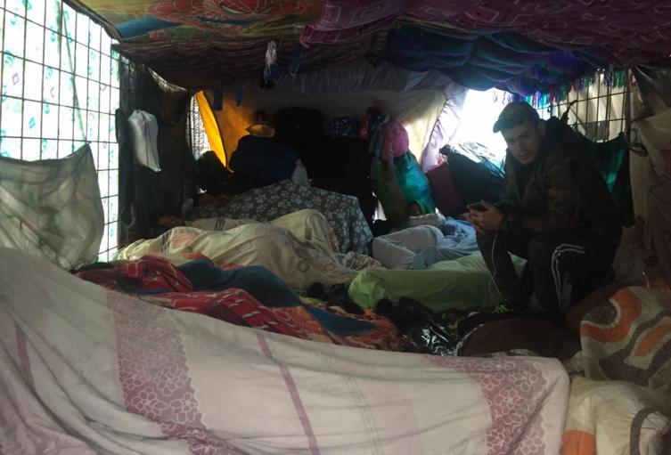Venezolanos están durmiendo en campamento improvisado